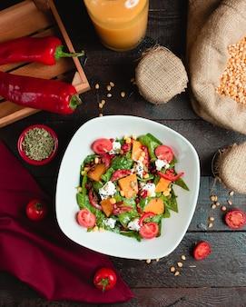 Gemengde groentesalade met rode peper en tomatoi