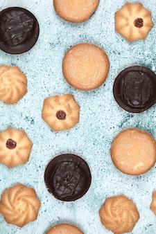 Gemengde koekjes op een blauwe achtergrond.