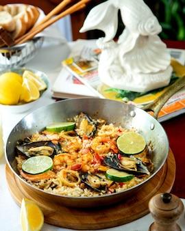 Gemengde maaltijd met oesters bovenop