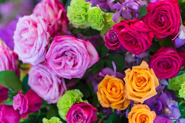 Gemengde multi gekleurde rozen in bloemendecor, de kleurrijke achtergrond van huwelijksbloemen