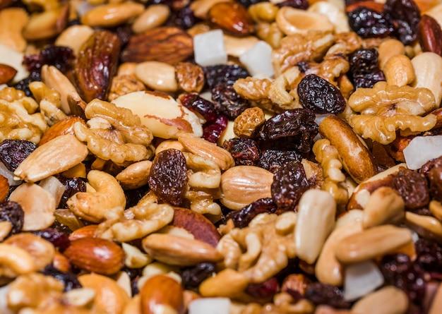 Gemengde natuurlijke notenassorments op markt