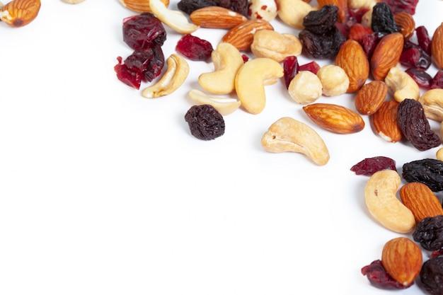 Gemengde noten die op de witte achtergrond worden geïsoleerd