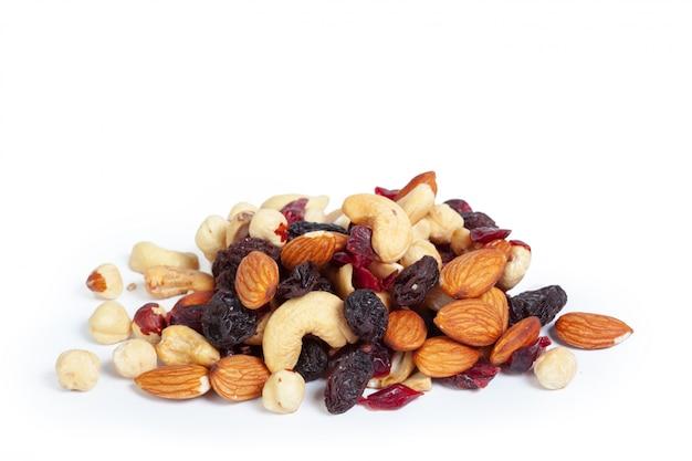 Gemengde noten die op wit worden geïsoleerd
