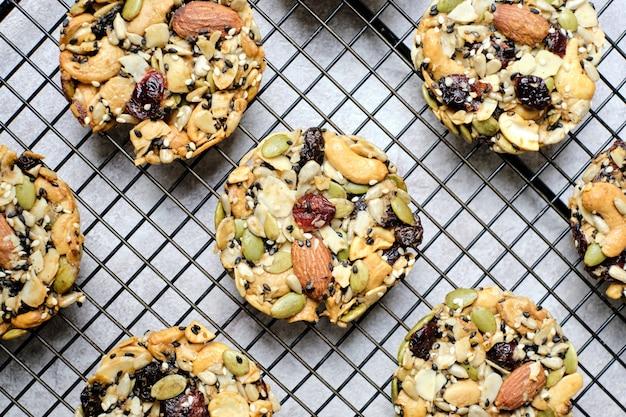 Gemengde noten en gedroogd fruit en zaden florentijnse, glutenvrije hele voedingsmiddelen gezonde koekjeskoekjes. ingesteld op café tafel.
