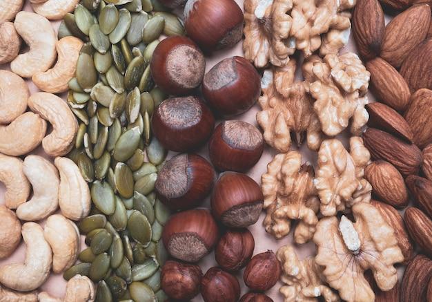 Gemengde noten en pompoenpitten op tafel. gezond eten