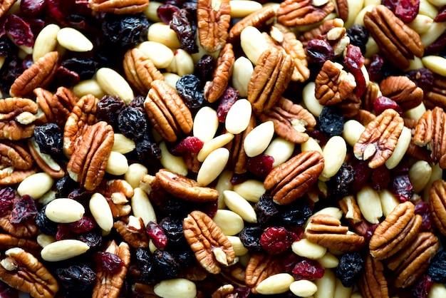 Gemengde noten en rozijnen in houten kom. gezond eten en een snack.
