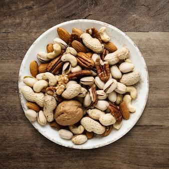 Gemengde noten in een kom plat gelegd