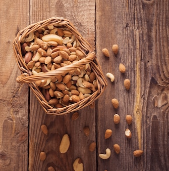 Gemengde noten op oude houten achtergrond