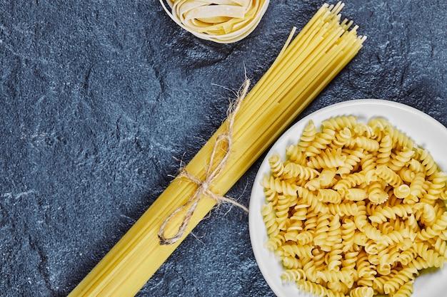 Gemengde ongekookte pasta op marmer.