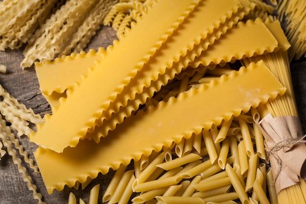 Gemengde pasta. op een houten achtergrond. bovenaanzicht
