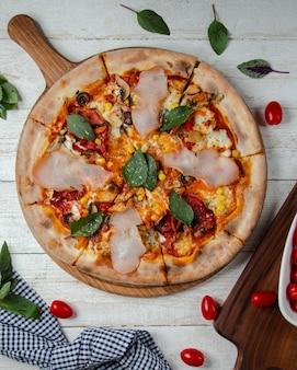 Gemengde pizza gegarneerd met ham