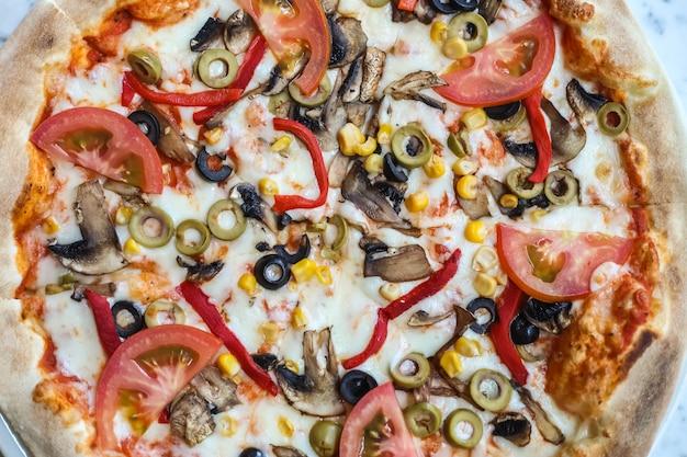 Gemengde pizza met veel verschillende ingrediënten
