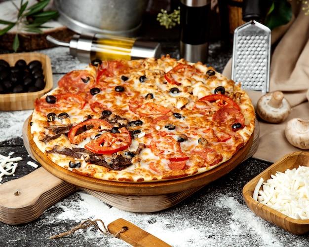 Gemengde pizza met vlees, kip en peperoni