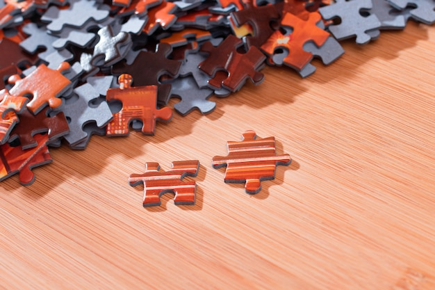 Gemengde puzzelstukjes op houten tafel