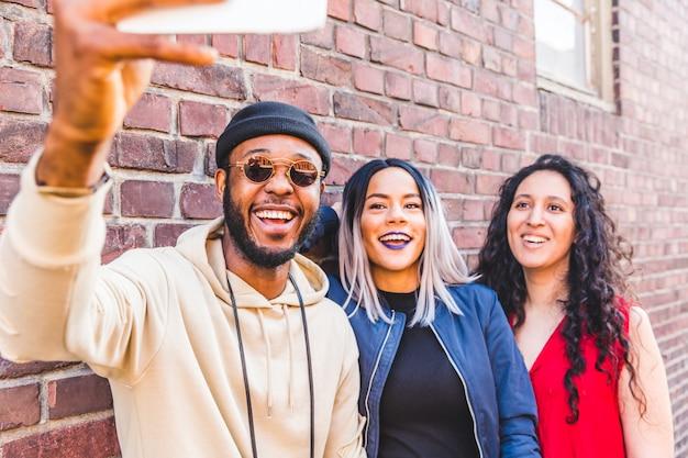 Gemengde rasgroep die een selfie samen in hamburg nemen