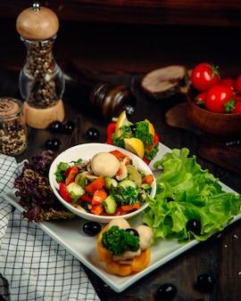 Gemengde salade geserveerd met verschillende groenten