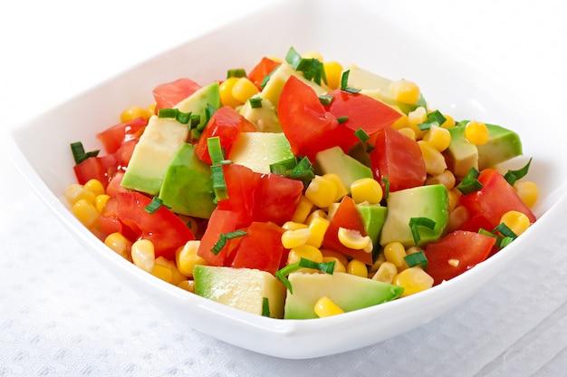 Gemengde salade met avocado, tomaten en suikermaïs