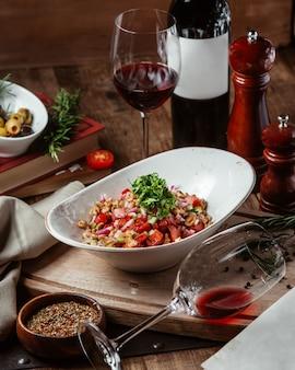 Gemengde salade met glas rode wijn