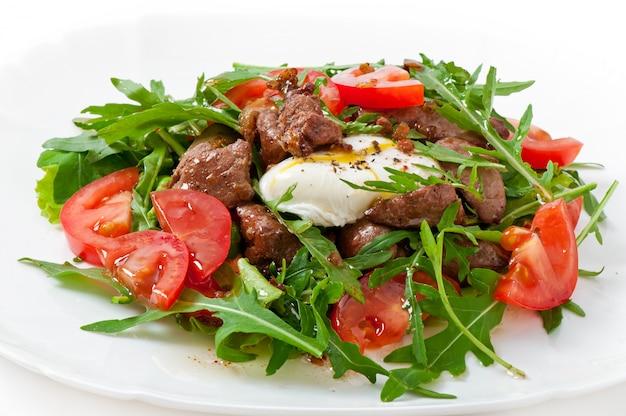 Gemengde salade met kippenlever en ei pochet