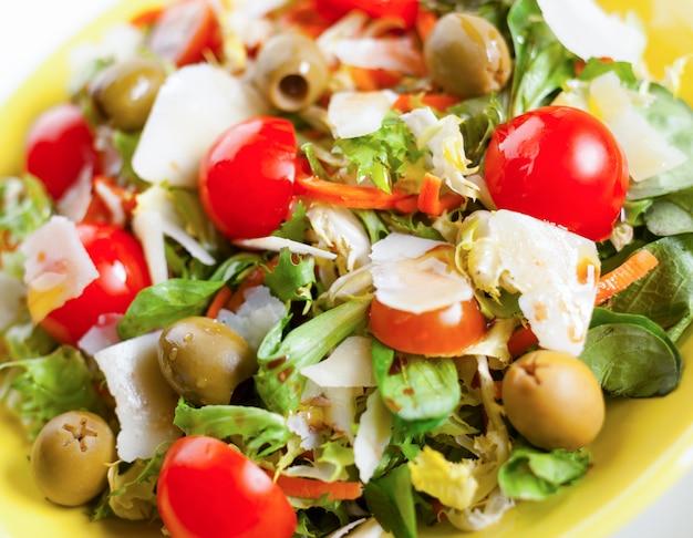 Gemengde salade op zwarte lei.