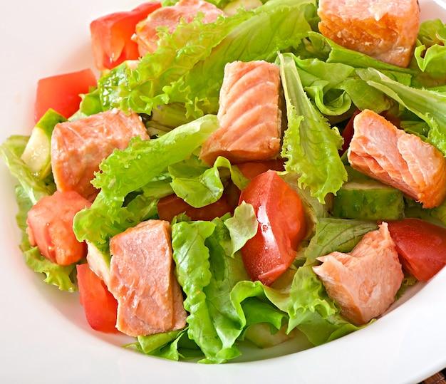 Gemengde salade van verse groenten met stukjes zalm