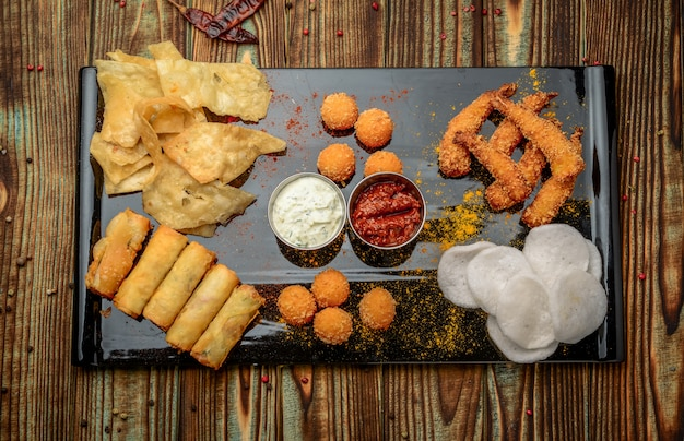 Gemengde snack met chips, kaas en garnalen in beslag