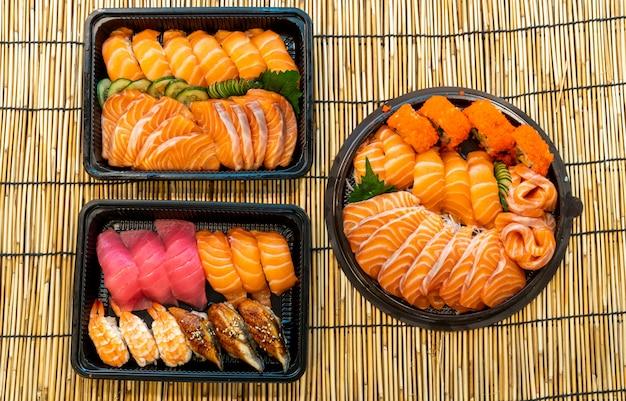 Gemengde sushi ingesteld op zwarte doos