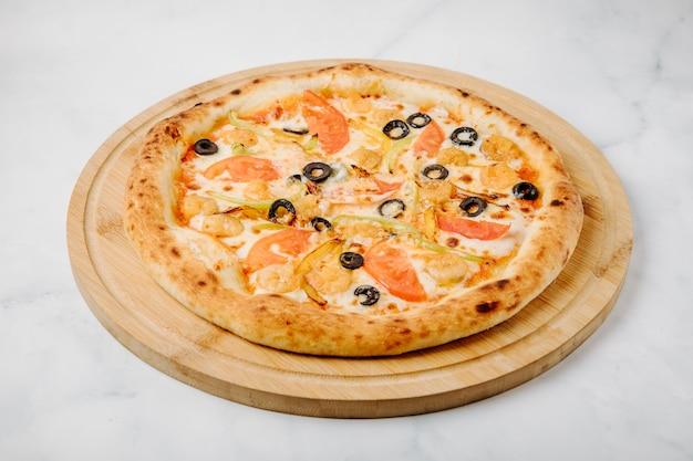 Gemengde voedselpizza met olijfbroodjes, groenten en kippenboerderij.