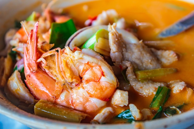 Gemengde zeevruchten hete en kruidige soep, thaise keuken.