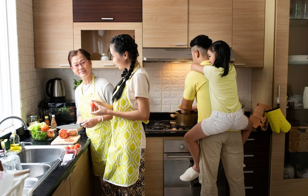 Gemiddeld geschoten gezinsleden in de keuken