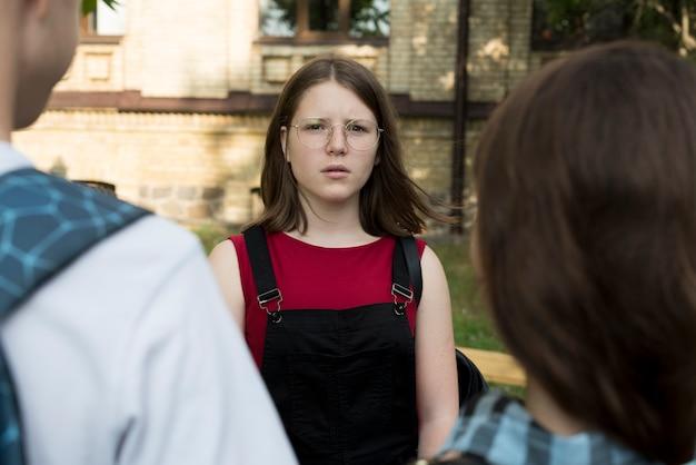 Gemiddeld schot van droevig highschoolmeisje
