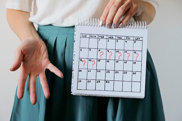 Gemiste periode en markering op kalender. gezondheid van de vrouw en vertraging in de menstruatie.