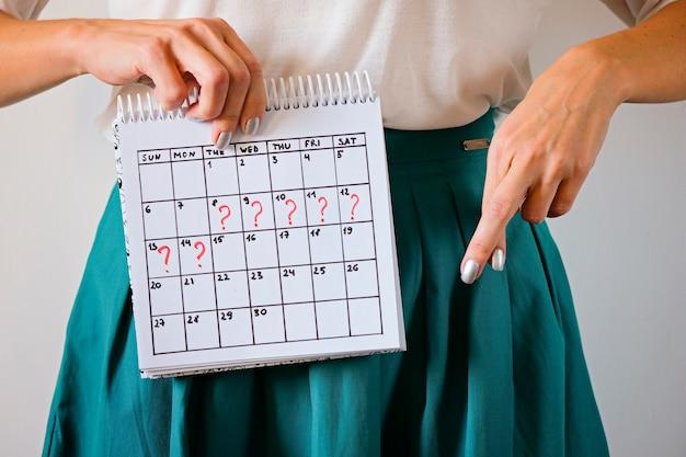 Gemiste periode en markering op kalender. ongewenste zwangerschap en vertraging in de menstruatie.