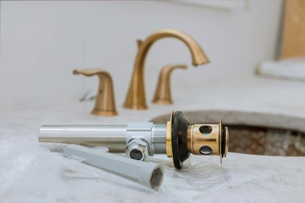 Gemonteerde rioolafvoer met gootsteen aan het werk in een badkamer