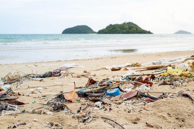 Gemorst afval op het strand. lege gebruikte vuile plastic flessen