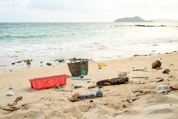 Gemorst afval op het strand