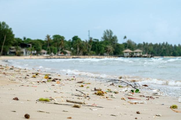 Gemorst plastic afval op het strand.
