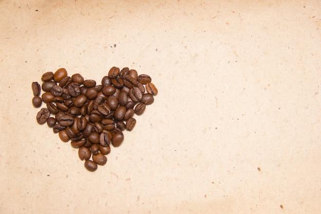 Gemorste koffiebonen. koffie in de vorm van harten. inpakpapier