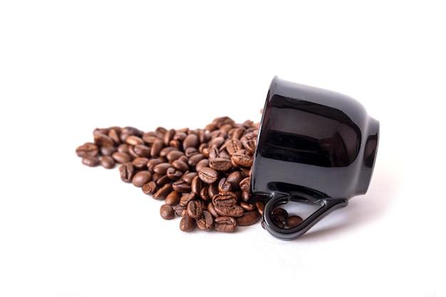 Gemorste koffiebonen van de zwarte ceramische geïsoleerde kop