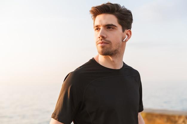 Gemotiveerde jonge sportman in zwart overhemd