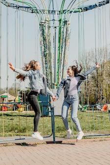 Gen z meisjes genieten van buiten en uiten van positieve emoties buiten foto van twee vriendinnen die
