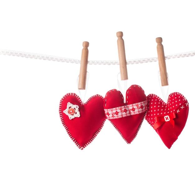 Genaaid handgemaakte rode harten op kant geïsoleerd