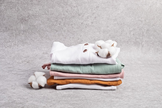 Genderneutrale babykleding. kleding van biologisch katoen, pasgeboren mode, branding, idee voor een klein bedrijf. platliggend, bovenaanzicht