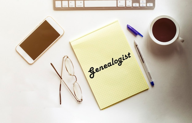Genealoog clue op een blad onder een vergrootglas