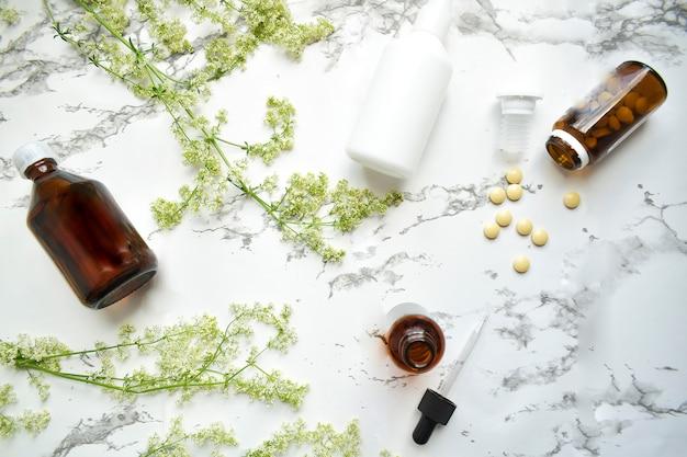 Geneeskrachtige kruiden en geneeskrachtige flessen. het concept van alternatieve geneeskunde. vitaminesupplement voor verzorging, medicatie en behandeling. kopieer ruimte