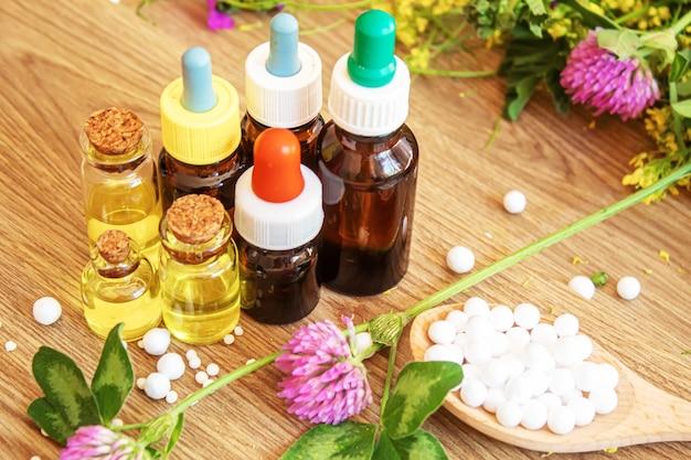 Geneeskrachtige kruiden, oliën in kleine flesjes homeopathie. selectieve focus.natuur