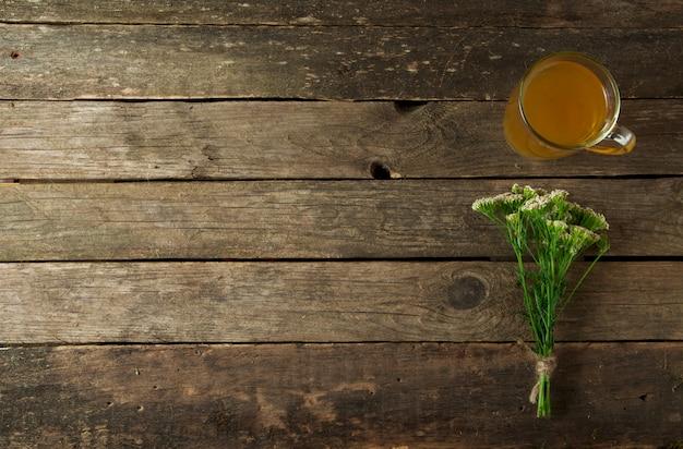 Geneeskrachtige kruiden op een oude houten bord.