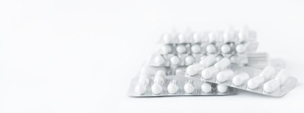 Geneeskunde achtergrond - witte pillen op witte achtergrond