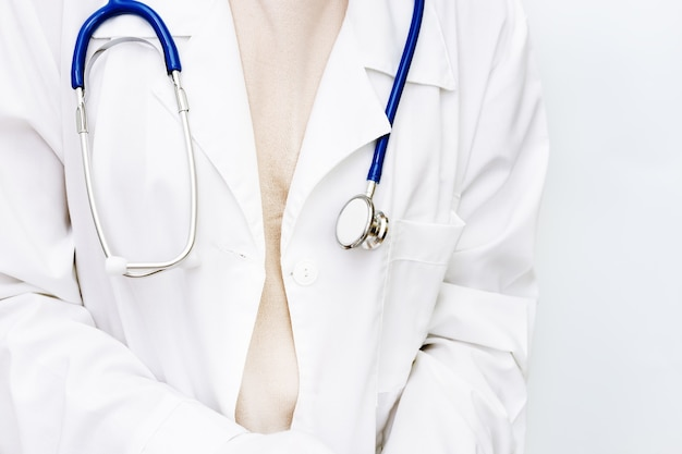 Geneeskunde arts close-up in witte jas met een stethoscoop.