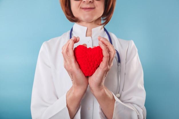 Geneeskunde arts die rood hart in handen houdt